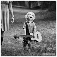 Carte Enfants Noir et Blanc Petit Garçon et Guitare