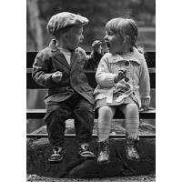 """Carte Enfants Noir et Blanc Vintage """"Garçon et Fille partageant le goûter"""""""