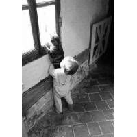 """Carte Enfants Noir et Blanc Vintage """"Bébé aidant son chat"""""""