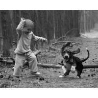 Carte Enfants Noir et Blanc Enfant jouant avec son Chien