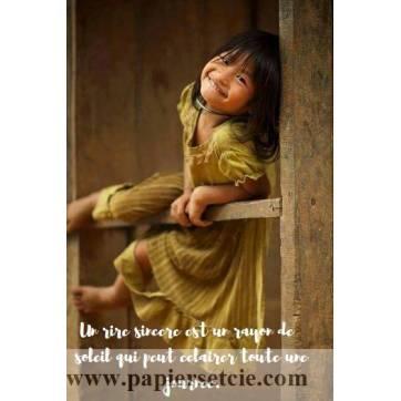 """Carte citation Bonheur: """"Un rire sincère est un rayon de soleil qui peut éclairer toute une journée."""""""
